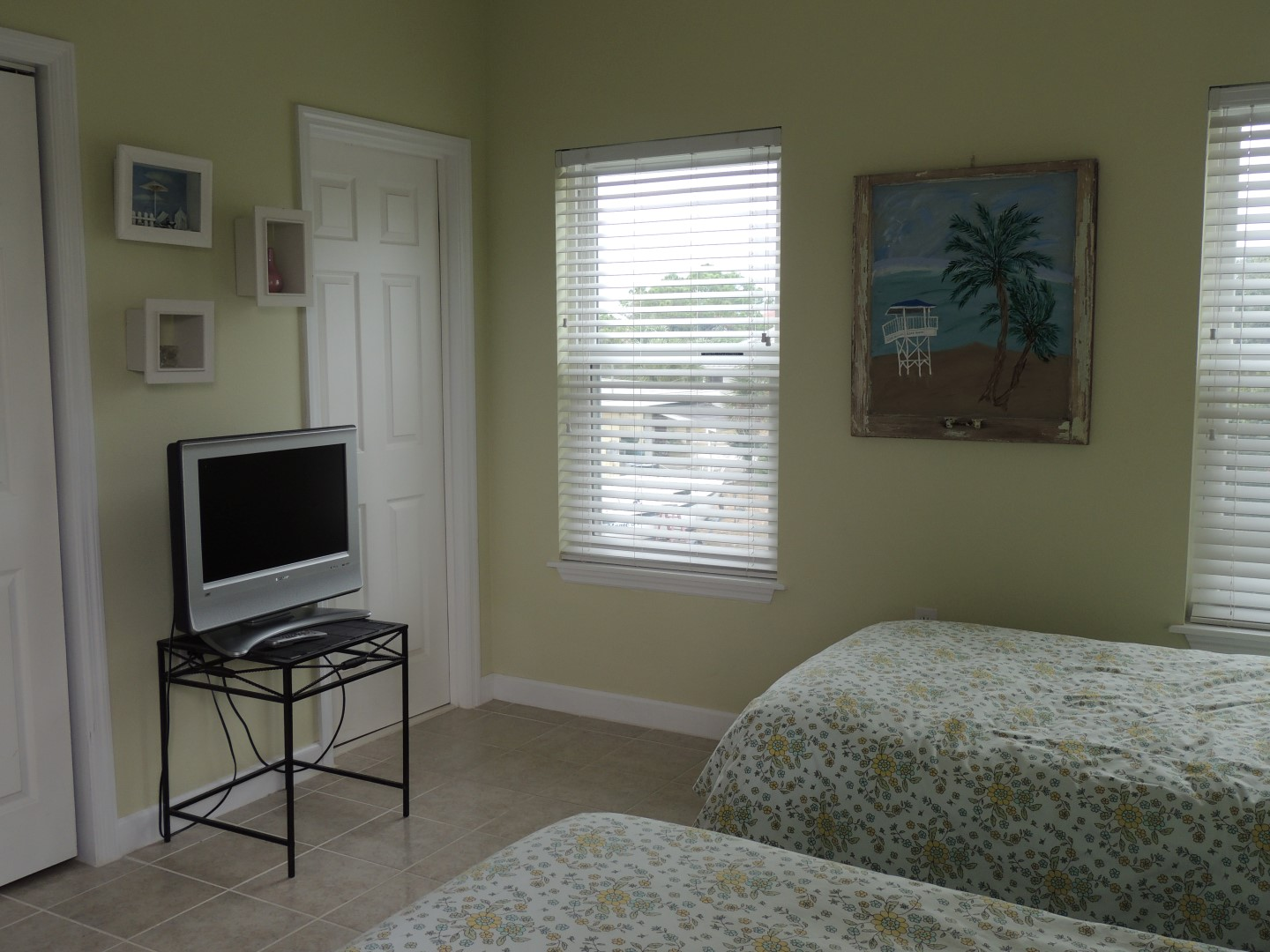 Three Palms-Twin BDR- With TV-Facing NE-Off Main Floor Next to Kitchen-3
