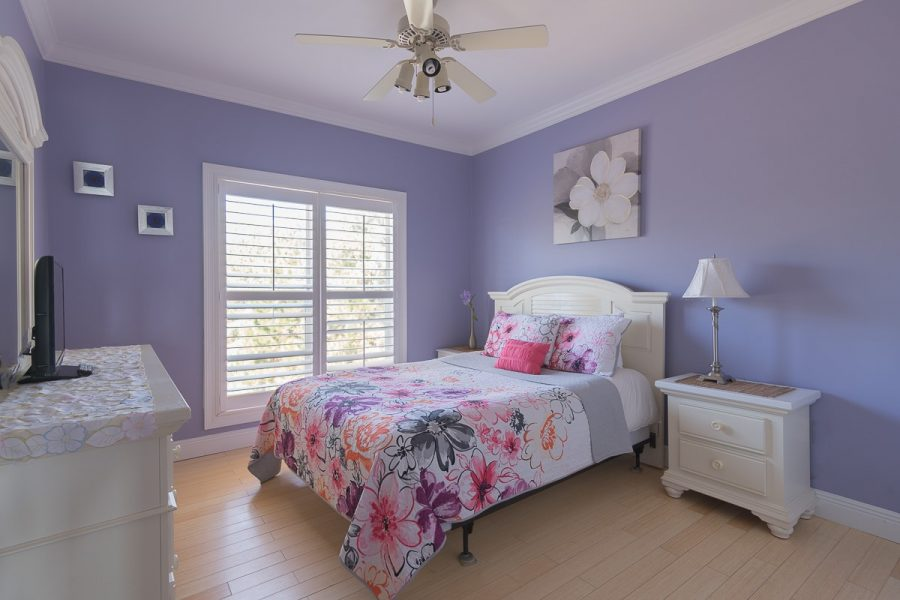 Two Palms Purple Room - Top Floor Across from Master Bedroom - Facing the road - Queen Mattress